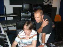 Der Sprecher Johannes Gabriel gemeinsam mit Serjoscha Stüven beim Kontrollieren einer neuen Aufnahme.