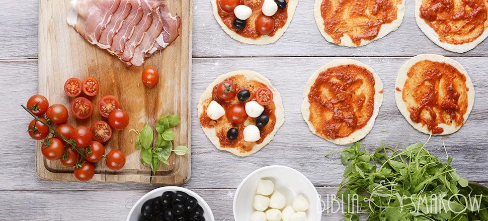 Mini pizza z rukolą, szynką i oliwkami