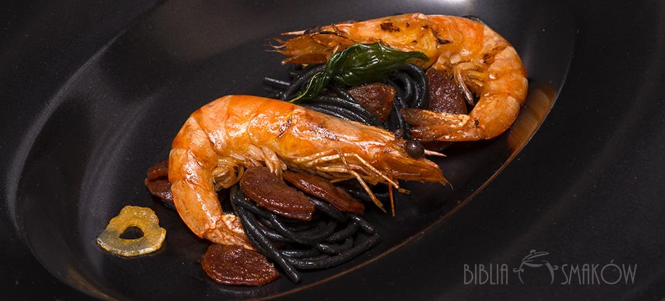 Czarny makaron z krewetkami i chorizo