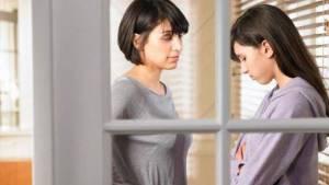 madre aconsejando a su hija