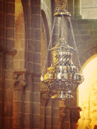 The botafumiero (giant incense burner).