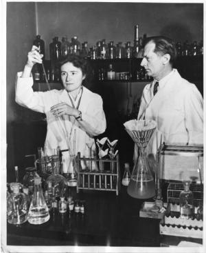 La bioquímica Gerty Theresa Radnitz Cori (1896-1957) y su marido Carl Ferdinand Cori (1896-1984) trabajando en el laboratorio.