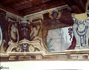 Sala di Ercole-soluzione dangolo con anfora e ignude