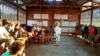 La profesora Celia de Lorenzo en un encuentro con los Asháninka.