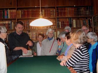 Dansk Bibliotekshistorisk Selskab studietur til herregårdsbibliotekerne på Vemmetofte og Gisselfeld lørdag 22. juni 2013 var en stor succes. Her ses direktør Leif J. Madsen som fortæller om det imponerende bibliotek på Vemmetofte Kloster