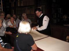 19 var på studietur til Wien 5-7 september 2012, hvor vi besøgte det østrigske nationalbibliotek, som har arrangeret et særprogram for gruppen. Her ses gruppen på det imponerende slot og kloster Klosterneuburg uden for Wien, hvor gruppen bl.a. så tegningsarkivet.