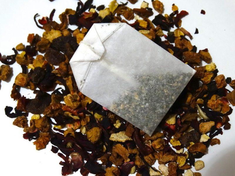 foglie e bustine di tè