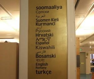 Medien in allen diesen Sprachen gibt es in der Stadtbibliothek Rinkeby