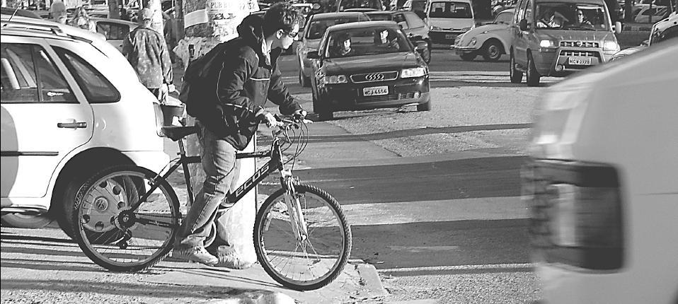 Na capital de Santa Catarina, a ausência de ciclovias em ruas de grande movimento obriga motoristas e ciclistas a disputarem espaço no trânsito. Apenas a construção de faixas exclusivas para bicicletas não resolve o problema. Foto: Thiago Prado Neris.