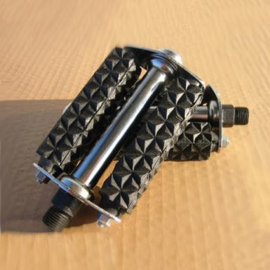 Pedal-con-bloque-de-goma-negro-y-agarre-diamante-grande