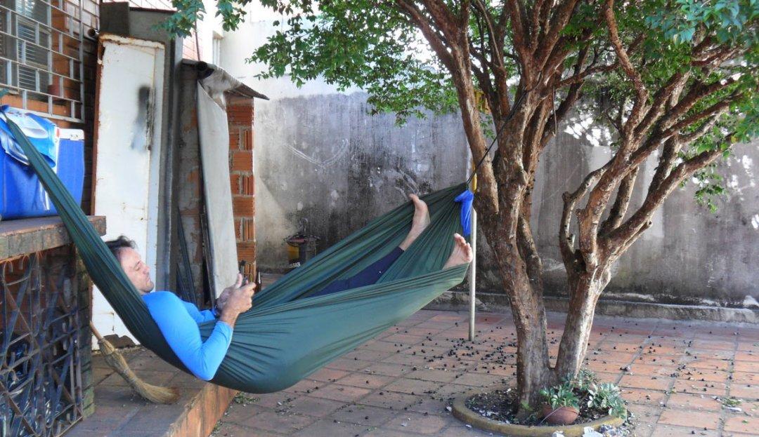 Sob uma jabuticabeira, escrevendo para o blog durante a viagem do Projeto Biomas