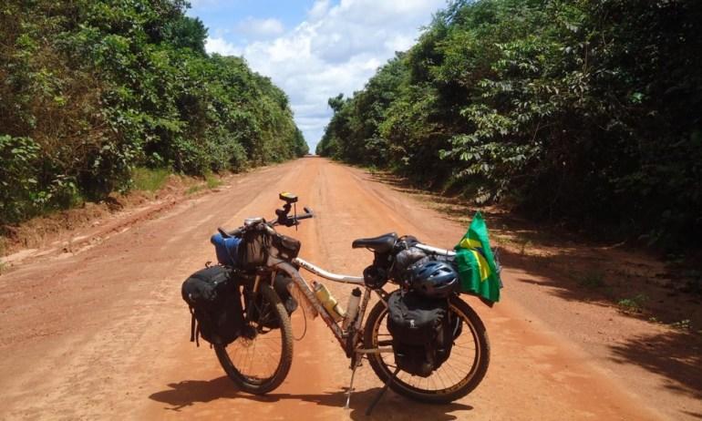 Pedalando na Reserva Indígena do Xingu, na Floresta Amazônia
