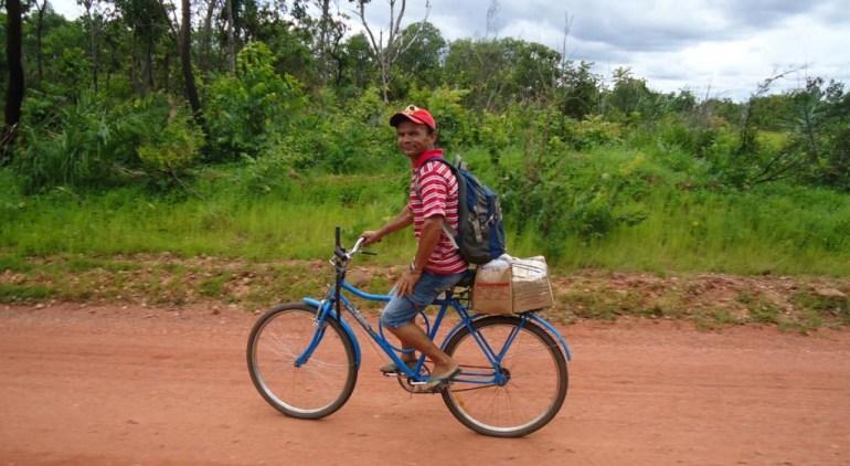 Um morador do Parque do Jalapão voltando do trabalho. O facão no guidão é para proteção, se necessário, de um Lobo Guará.