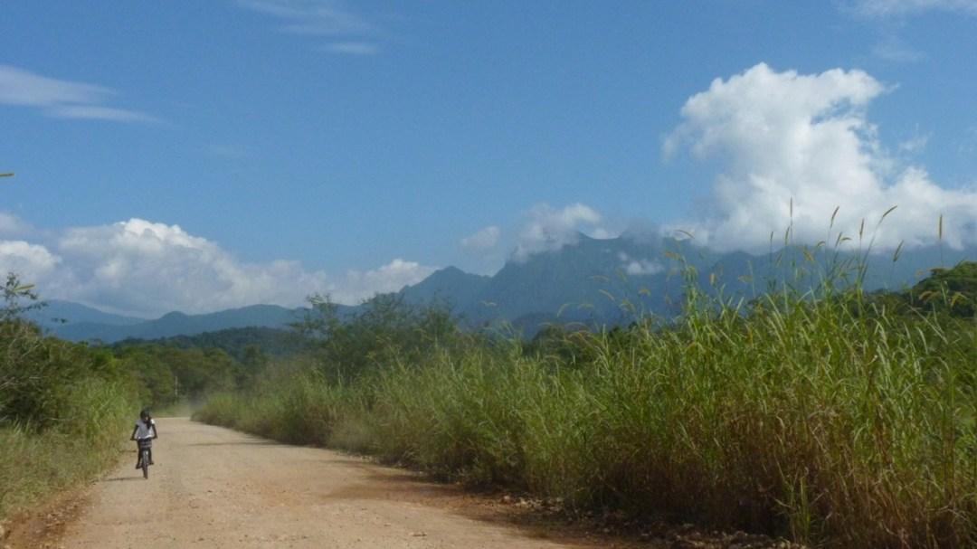 As montanhas do Pico Paraná ao lado, cobertas pelas nuvens.