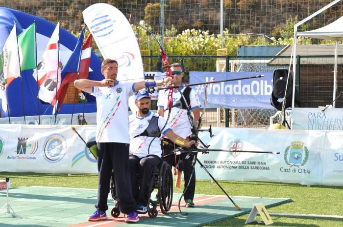 Stefano Travisani (al centro dell'immagine) impegnato durante la prova dei campionati europei a squadre di tiro con l'arco (Aeronautica)
