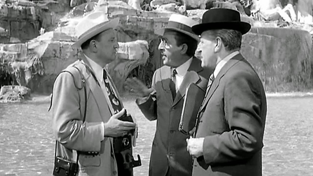 La leggendaria scena in cui Totò (a dx) e Nino Taranto (al centro) truffano il signor Decio Cavallo (interpretato da Ugo D'Alessio) (nuovAtlantide.org)