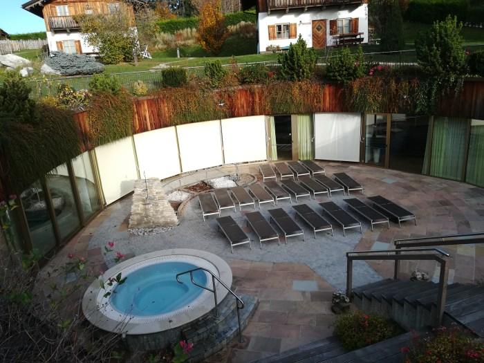 Panoramica della vasca all'aperto con idromassaggio e, più in alto, alcuni degli chalet (Riccardo Tempo)