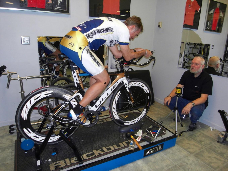 Ciclista professionista durante un test per trovare la perfetta postura su una bici da crono (trainingbible.com)