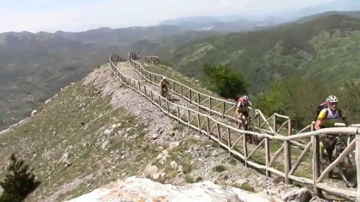 Biker in sella alla loro mtb sul Monte Alpi durante un bike tour (youtube)
