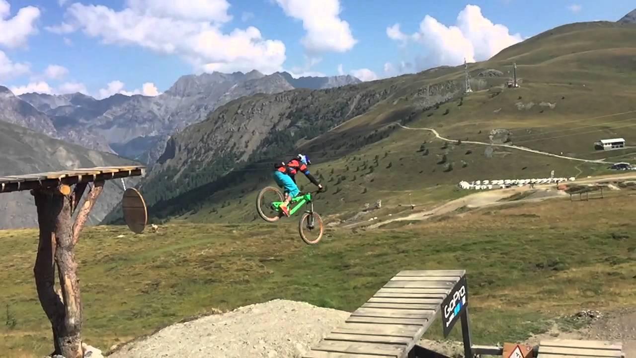 Biker impegnato nel Big Drop al Bike Park Mottolino a Livigno (youtube)