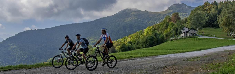 Tre biker in un momento di relax sui trail del Bike Park Tajarè (tajare.it)