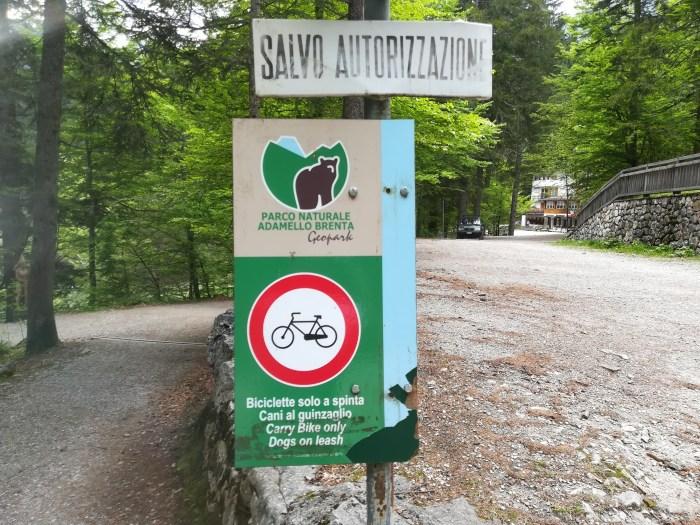 Ecco qui il cartello indicante il divieto per le biciclette (foto RT)