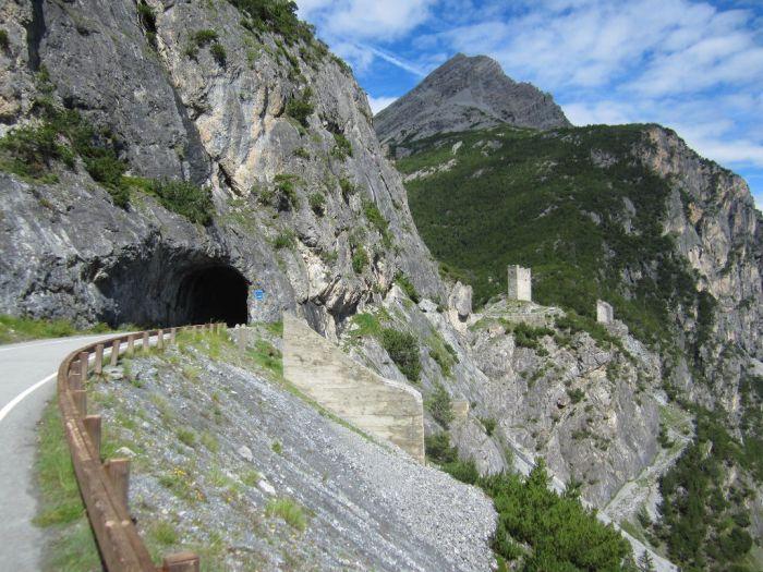 """Il piccolo tunnel subito prima delle Torri di Fraele, raggiungibili anche da Arnoga attraverso il sentiero sterrato """"Decauville Arnoga-Cancano"""" (bormiobike.it)"""