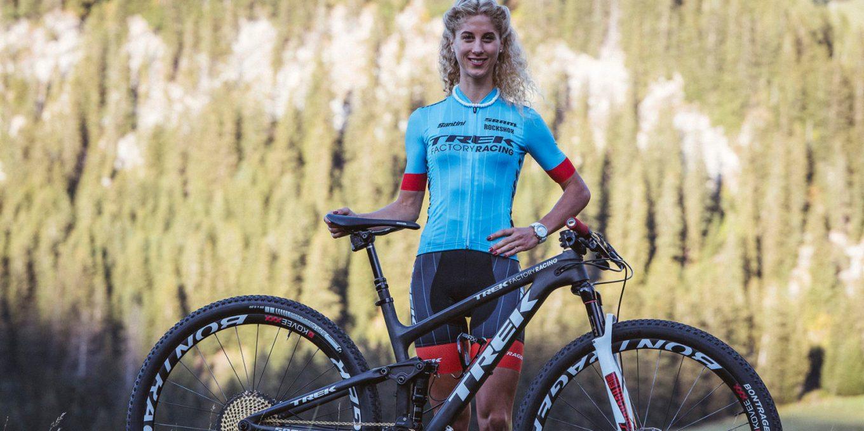 L'elvetica Jolanda Neff in posa con la sua mtb trek Top Fuel (racing.trekbikes.com)