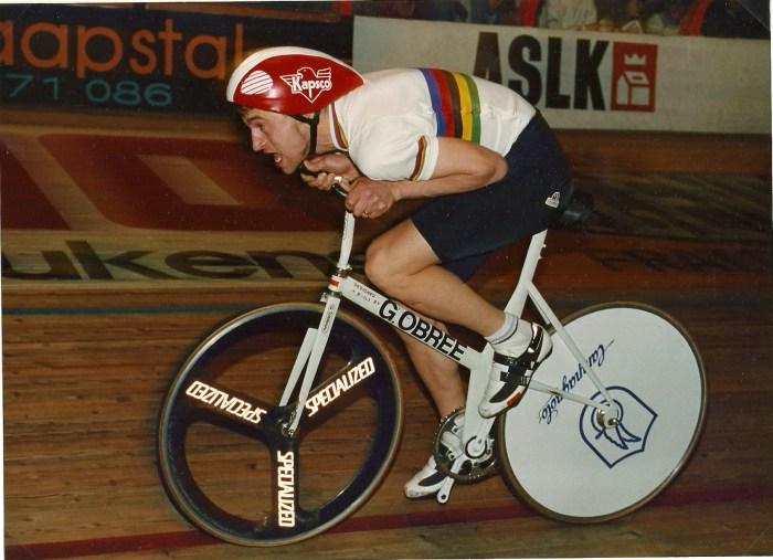 Graeme Obree in posizione aerodinamica durante una gara di ciclismo su pista