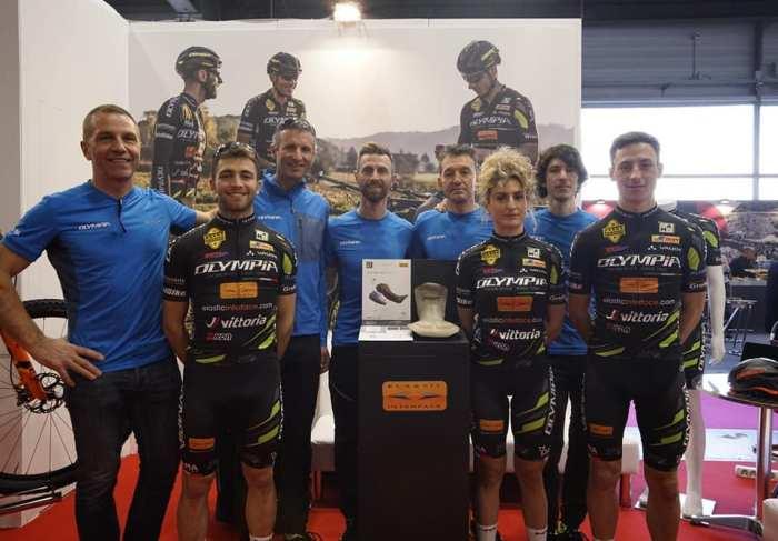 I ciclisti dell'OLympia Factory Team in posa a CosmoBike Show 2019 (foto da Facebook)