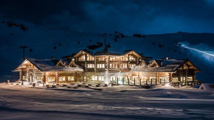 Suggestiva immagine del Sunny Valley Mountain Lodge immerso nella neve durante l'inverno (sunnyvalley.it)