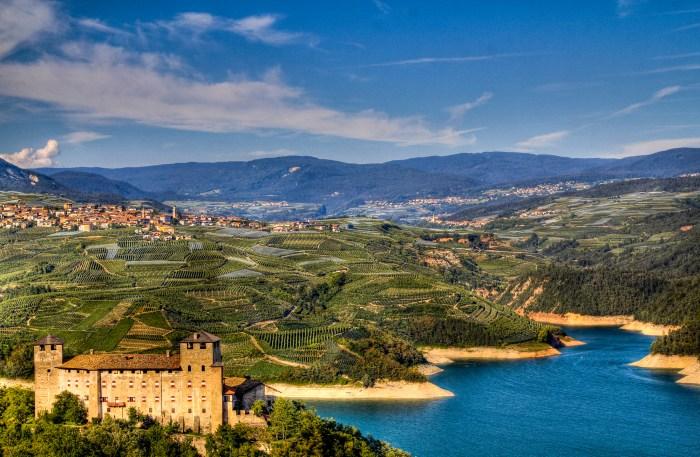 Spettacolare immagine del castello di Cles e del lago di Santa Giustina. Cles sarà la meta di arrivo della 4a tappa (foto da Wikipedia)