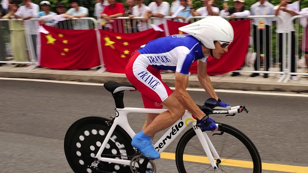 La ciclista francese Jeannie Longo in azione durante una prova a cronometro (YouTube)