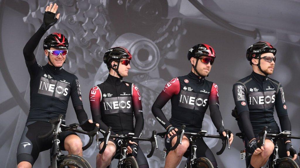 I corridori del Team Ineos, guidati da Dave Brailsford in ammiraglia, con la nuova divisa