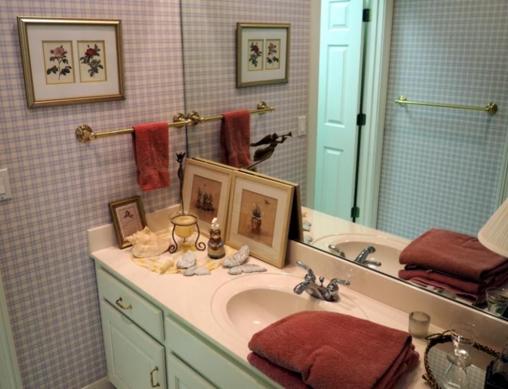 Lot 361bathroom Vanity Decor Including Mirrored Tray Ceramic Lamp Framed Prints Rugs Bath Towels And More