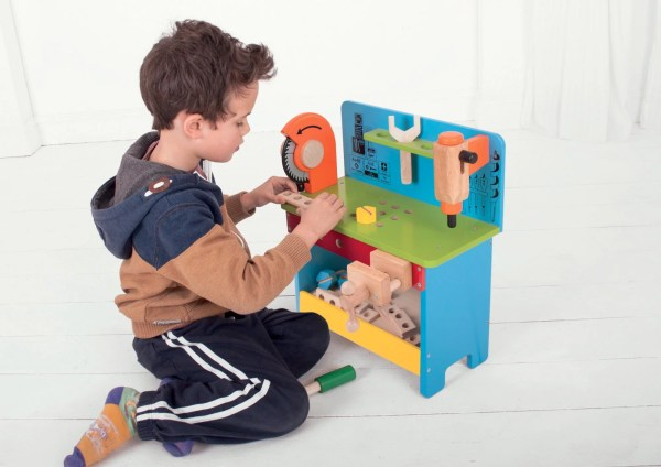 L'établi de bricolage et outils a de belles couleurs vives. Il est composé de 17 outils au total adapté à la main des jeunes enfants dès l'âge de 3 ans.