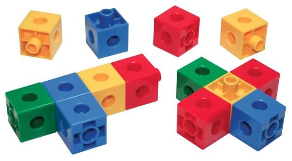 Ce jouet est un ensemble de cubes de construction composé de 600 pièces en plastique qui s'emboîtent facilement les uns dans les autres.
