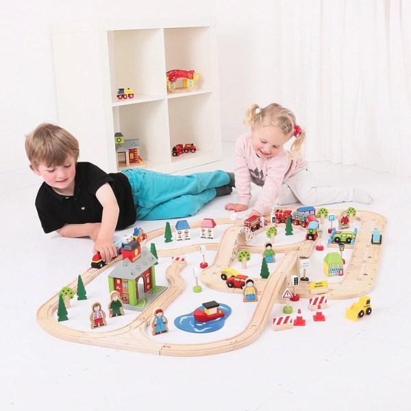 Le circuit de train en bois ville et campagne est destiné aux enfants dès l'âge de 3 ans.
