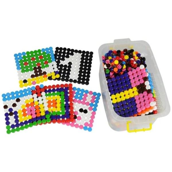 Ce jeu de mosaïques est fait pour développer l'imagination des enfants qui doivent fixer les mosaïques dans des grilles transparentes pour reproduire ou inventer les motifs souhaités.