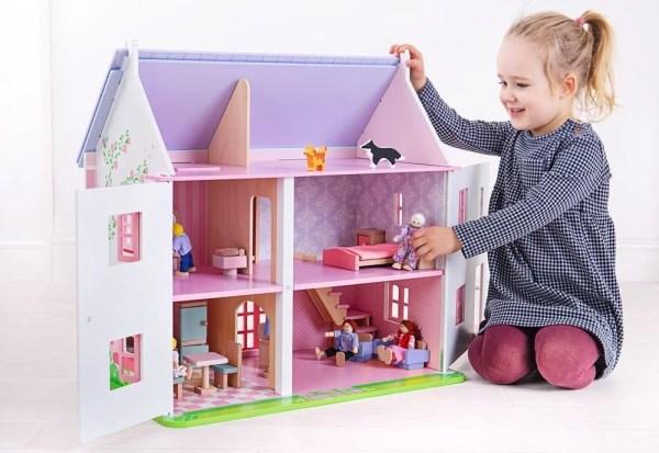 A l'intérieur de la maison de poupées rose, la décoration est tout aussi soignée qu'à l'extérieur. 18 meubles sont fournis avec la maison de poupées. Chacun pourra ainsi les installer selon ses goûts pour faire vraiment son chez soi !