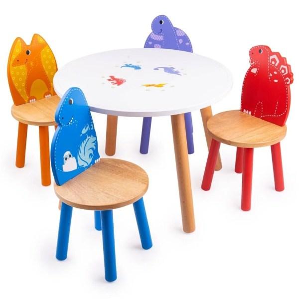 Ensemble de table et 4 chaises assorties dinosaures en bois. Les chaises sont de couleurs différentes et à l'image d'un dinosaure spécifique.