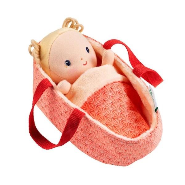 La poupée en tissu Anaïs est présentée ici dans son couffin moelleux. C'est un adorable Bébé tout doux que l'on prend plaisir à câliner.