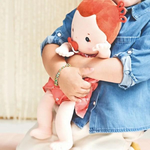 La poupée en tissu Rose de 36 cm qui ressemble à un vrai bébé est un jouet d'éveil qui développera l'imagination et l'empathie des enfants dès l'âge de 2 ans.
