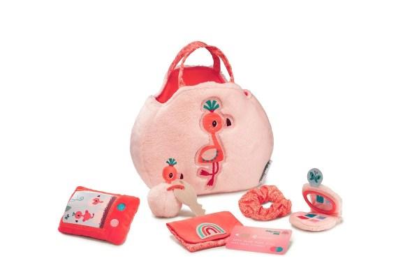Le sac à main Anaïs le Flamand rose est un sac à main pour enfant en matière toute douce et qui comporte de nombreux accessoires (fard à paupières, smartphone sonore, porte clés, chouchou et porte monnaie).