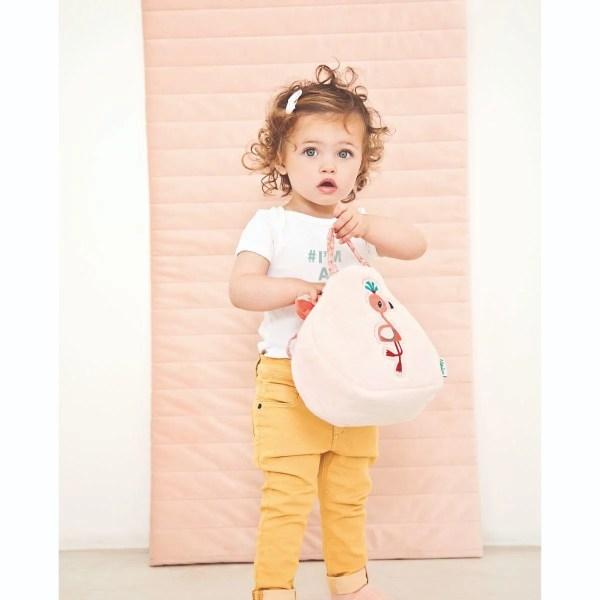 Quelle joie de porter le sac à main Anaïs le Flamand rose. C'est un sac à mains pour enfant en matière toute douce et qui comporte de nombreux accessoires.