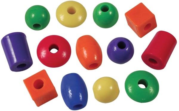 Ce jeu de laçage de perles de 720 pièces est destiné aux enfants à partir de l'âge de 3 ans.