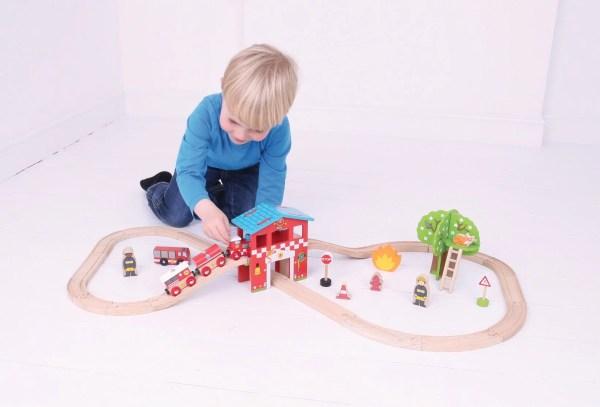 Le circuit de train en bois pompiers est adapté aux enfants dès l'âge de 3 ans.