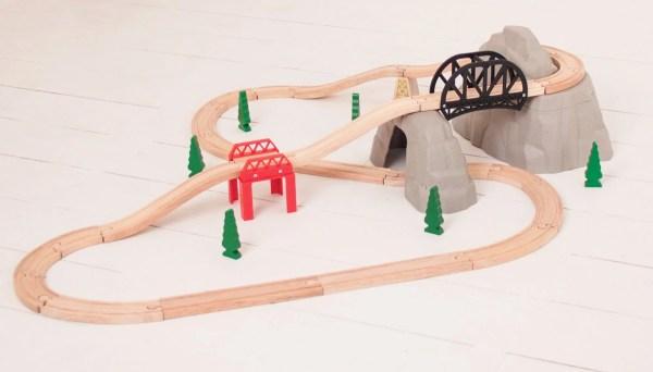 Pont montagne pour train en bois comporte plusieurs ponts.