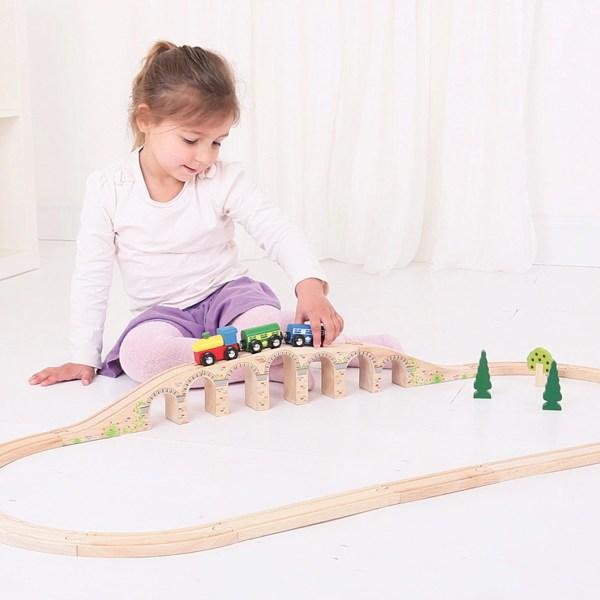 Le viaduc pont pour circuit de train en bois est destiné aux enfants dès l'âge de 3 ans.