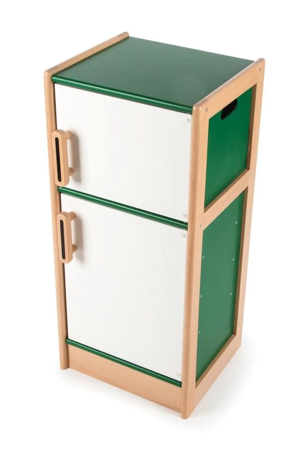 Solide et robuste, le réfrigérateur frigo en bois est un jouet de couleur verte et blanche qui a des portes dotées d'ouverture et fermeture magnétique ce qui permet de toujours bien les fermer pour une bonne conservation des aliments.